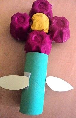 Flor amb cartró d'ous i tija amb tub de cartró.