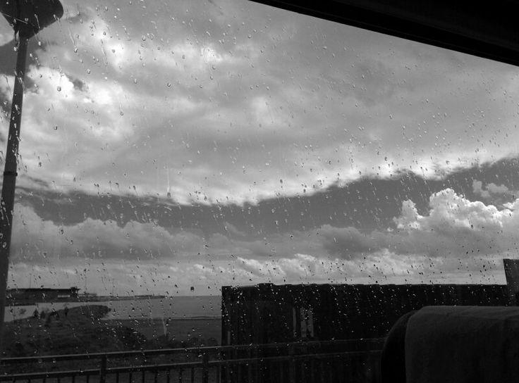 Llueve fuera.