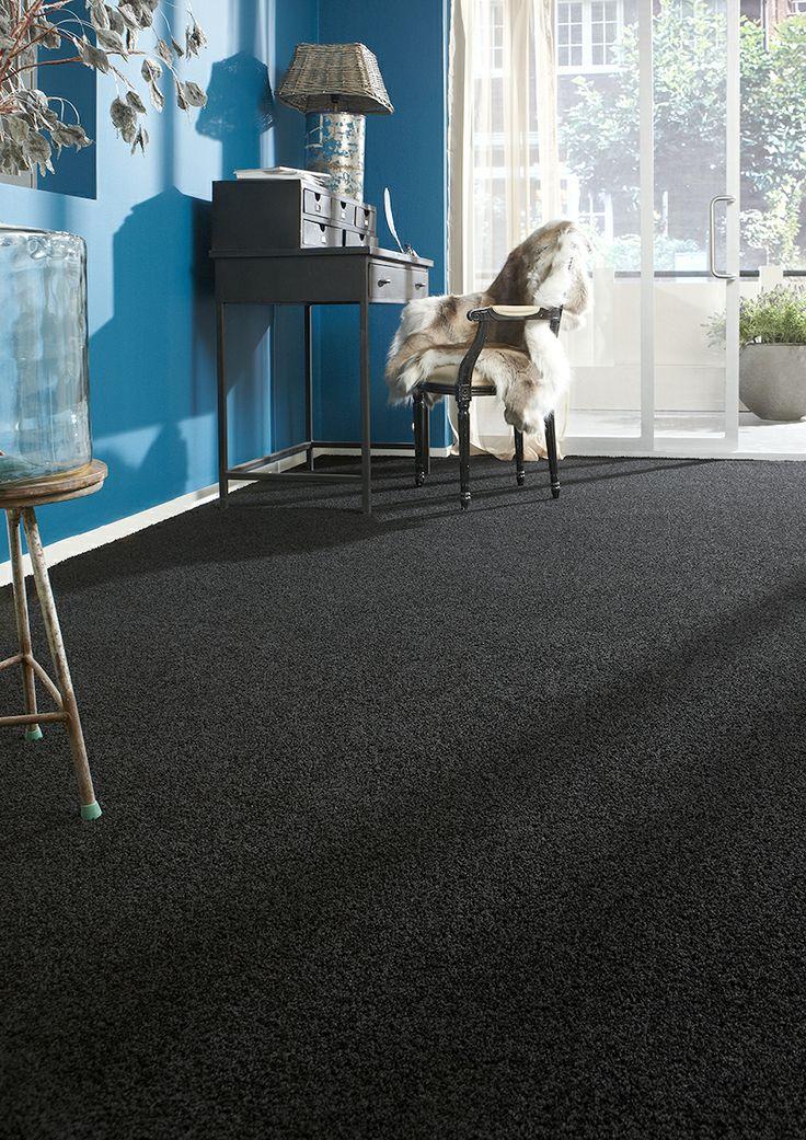 Kies voor je je woonkamer tapijt een rustige basiskleur en verf een muur in een felle trendkleur. Tapijt Suite uit de Belakos Carpets collectie.