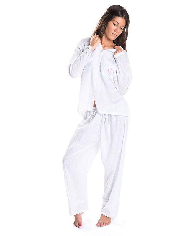 Modelo en pijama blanco