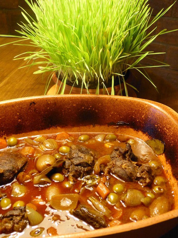 Recepty pro radost: Jehněčí kýta na červeném víně s cibulkami a olivami