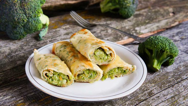 Broccoli & Cheese Filled Crepe Recipe (with Roasted Red Peppers) are delicious when served hot along with a spicy schezwan dip. Make this for this holiday season to impress your friends and family.