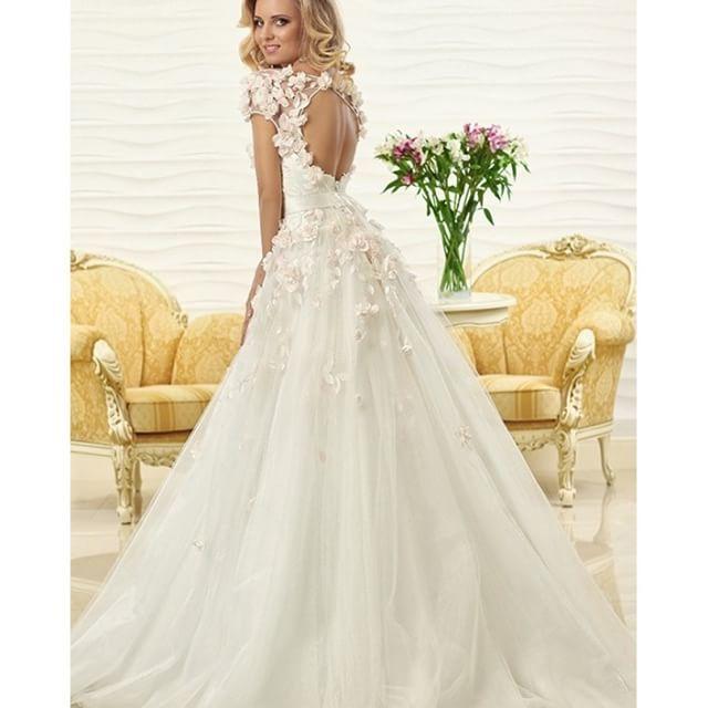 【failily_wedding】さんのInstagramをピンしています。 《とろんとしたチュールのシンプルAラインドレス。 Dress: ローラ Aライン レンタル : 148,000円+tax ・ ❤︎❤︎❤︎❤︎❤︎❤︎❤︎❤︎❤︎❤︎❤︎❤︎❤︎❤︎❤︎❤︎❤︎❤︎❤︎ 日本でドレスを見れるのはここだけ 東京ショールーム ☎︎ 03-6457-1574 www.failily.jp LINE公式アカウントからトークでお問い合わせできます→@faililyを検索 ❤︎❤︎❤︎❤︎❤︎❤︎❤︎❤︎❤︎❤︎❤︎❤︎❤︎❤︎❤︎❤︎❤︎❤︎❤︎❤︎ #フェアリリー #ウェディングドレス #花嫁 #結婚 #ファッション #リゾートウェディング #インポート #プレ花嫁 #結婚式準備 #ドレス試着 #結婚 #プロポーズ  #お花 #結婚準備 #披露宴 #ドレスショップ #カラードレス #ドレス #ブライダル #2016花嫁 #2016wedding #軽井沢ウェディング #2017花嫁 #レース #2017wedding #ハワイウェディング #オクサーナムハ #ウェディング…