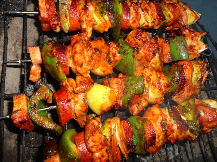…máte chuť na Kebab a nechce sa Vám vytiahnúť päty z domu?…ľahká pomoc,pripravte si ho doma,naviac sa Vám bude šíriť vôňa z neho po celom byte..:)  Suroviny: 2 ks – kurací rezeň  Marináda: 2 PL – rastlinný olej 2 strúčiky –cesnak 1 PL – cukor 1 polievková lyžica (suchý alebo čerstvý)koriandra 1 PL – sójová