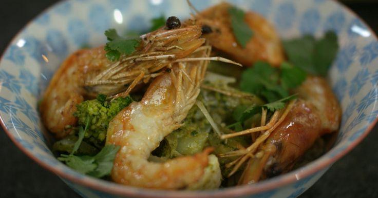 Op basis van platte kaas en rode currypasta maak je een zachte curry. Daarin belanden heel veel groenten en je serveert er kortgebakken gamba's bij. Je hebt twee 'exotische' ingrediënten nodig, de aromatische limoenbladeren (gedroogd of ingevroren) en rode currypasta. Beide zijn courant verkrijgbaar in Thaise of Chinese voedingswinkels. Wie het vegetarisch wenst te houden, kan de gamba's weglaten. Het gerecht blijft even smakelijk.om erbij te serveren: gekookte rijst naar keuze