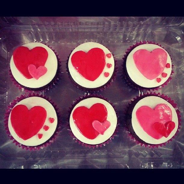 #Cupcakes de Vainilla o Chocolate rellenos de mora, arequipe, fresa, frutos del bosque o maracuyà y #Corazones #SoSweet -  Llámanos 317 657 5271 (1) 625 1684 o visítanos en #Cedritos #Bogota en la Cra 11 No. 138 - 18. Síguenos también en www.Facebook.com/PasteleriaSoSweet Twitter: www.twitter.com/sosweetchef Pinterest: www.pinterest.com/sosweetcol e Instagram: @PasteleriaSoSweet