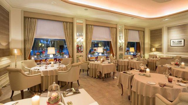 8 Stunning Ideas for Classic Modern Restaurants Interior Design  hospitality / restaurant interior design / hospitality design / #hospitalitydesign / #restaurantfurniture / #hospitalityfurniture  Read more: https://www.brabbu.com/en/inspiration-and-ideas/interior-design/stunning-ideas-classic-modern-restaurants-interior-design