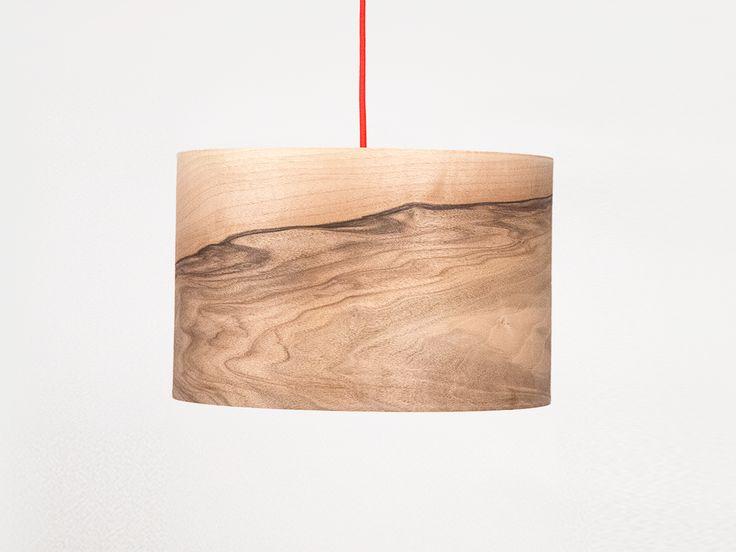 WE MAKE STUFF Veneer - spendiert wohnlich warmes Stimmungslicht für jeden Raum. Aus echtem europäischen Nussbaum-Furnier und hochwertigem Textilkabel in verschiedenen Farben gefertigt, ist die Veneer ein echtes Schmuckstück und schafft durch die wunderschöne Furnieroberfläche sinnlich warmes Wohlfühlambiente. Der Durchmesser beträgt 40 cm. Die Lampenfassung ist E27.