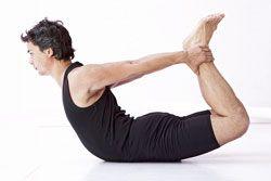 Boog Dhanurasana) Maakt rug, heupen en schouders leniger en versterkt de rug. Goed voor de organen in het bekkengebied. Vanuit buikligging buig je je benen en pak je de enkels beet. Til op een inademing je hoofd en borst op en breng je voeten omhoog, zodat je dijen en knieën van de grond komen. De knieën houd je op heupbreedte. Is de houding een makkie voor je? Ga dan schommelen op je buik. De Boog is een combinatie van de Cobra en de Sprinkhaan.