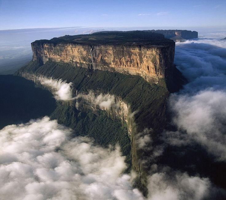 """Гора Рорайма – самая известная и по совместительству самая высокая венесуэльская тепуи (столовая гора), достигающая в высоту 2810 метров. Она расположена на стыке Бразилии (штат Рорайма), Венесуэлы (Национальный парк Канайма) и Гайаны (высочайшая точка страны). Площадь поверхности плато """"большой сине-зеленой горы"""", как ее еще называют, составляет 30 км². Местные индейцы, в свою очередь, именуют ее """"пупом земли"""" и верят, что на самой вершине горы живет богиня Куин – прародительница всех…"""