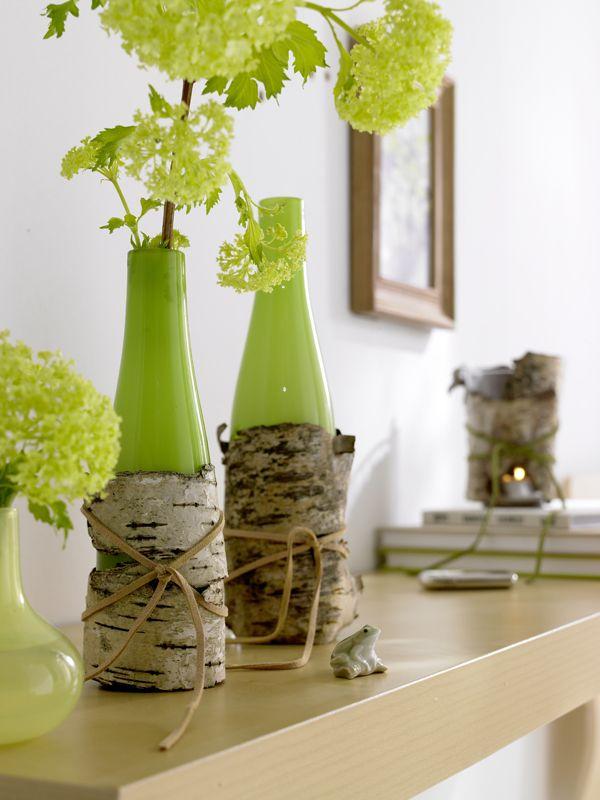 Tolle Deko-Kombi aus modern vs. natürlich: grüne Vasen in einer Hülle aus Birkenrinde #diy #summer
