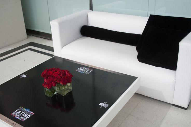 Con tapa de mesa personalizada y almohadones al tono
