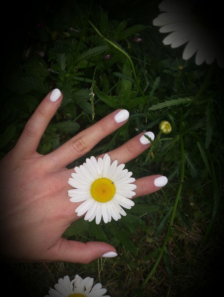 Ricostruzione unghie: #Bianco glam  Le NailArt bianche sono sempre più di moda. Con la forma dell'unghia a mandorla danno un tocco sofisticato al look ;)  #nailartbianco #nailart #nails #unghie #manicure #stile #moda #glam #ricostruzioneunghie