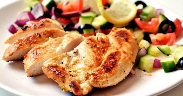Mennyei Joghurtos-citromos csirkemell recept! Nagyon egyszerűen elkészíthető, akár diétába is beilleszthető recept. :) A két órás pácolási időt nem érdemes csökkenteni, sőt akár egy éjszakára is benne lehet hagyni a pácban.