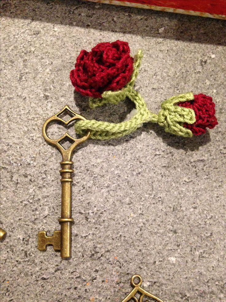 Segnaposto. Chiave antica con rose realizzate all'uncinetto. www.okspecialday.it