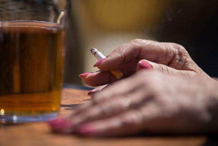Yhä useammat ikäihmiset juopottelevat ja erakoituvat – naiset kirivät miesten rinnalle