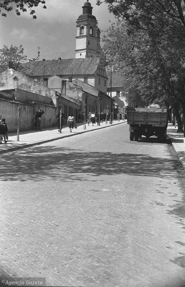 ul. Bernardyńska, 1957 r. Dziś w miejscu widocznych po lewej stronie zabudowań stoi Dom Księży Emerytów. źródło; Tadeusz Rolke