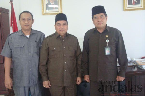 Ketua DPRD Medan Drs Amiruddin (tengah) foto bersama Ketua Pengadilan Agama Medan Drs Khaerudin (kanan) dan Kasubbag Kepegawaian H Suhaimi (...