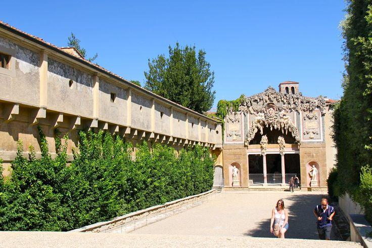 """Giardino di Boboli – Florencja, Włochy. Grota Bernarda Buontalentiego składa się z trzech wnętrz. Pierwsze z nich ozdobione są niedokończonymi rzeźbami """"Jeńców"""" Michała Anioła."""