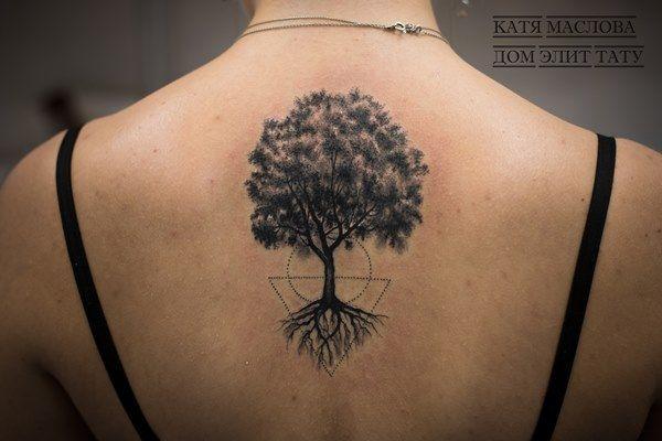 Чёрно-белая татуировка в стиле графика дерево на спине