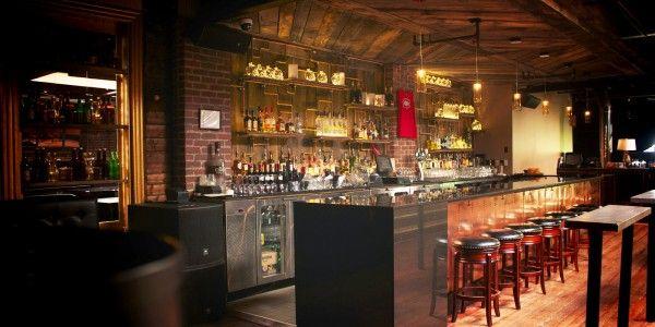 LOFT GALT  Le Loft Galt  saura vous impressionner par son décor années 1920, atypique en ville. Vous admirerez les boiseries qui entourent cette pièce pleine de charme, avec un mobilier de choix, un système de son performant et une ambiance digne de la période de la prohibition.