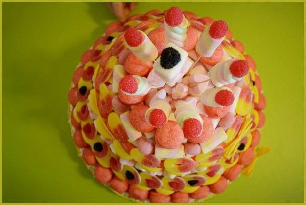 Ecco la ricetta per confezinare ua squisita torta con caramelle gommose e marshmallow, un dolce colorato che conquisterà tutti i bambini di casa!