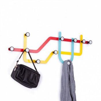 Denne kule knaggrekken tar sin inspirasjon fra undergrunnskart  og kombinerer funksjonelle knagger med veggdekor.