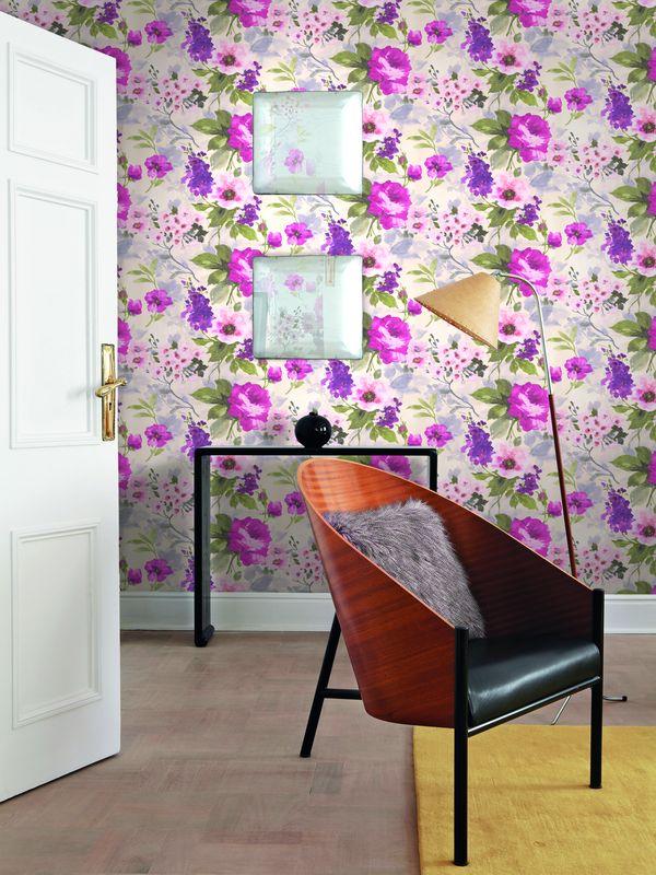 Так же можно найти дамаски с градиентом, сочную флористику, подчеркнутую смелыми мазками кисти, стилизованные скетчи цветов с имитацией природных текстур и яркие банановые листья с современным дизайном полосок.