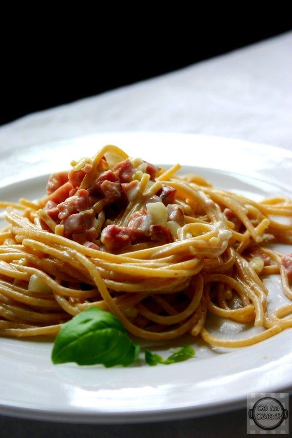 Spaghetti z szynką w sosie śmietanowym