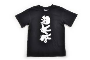 Camiseta para niño, en color negro. Estampado en color blanco al frente.