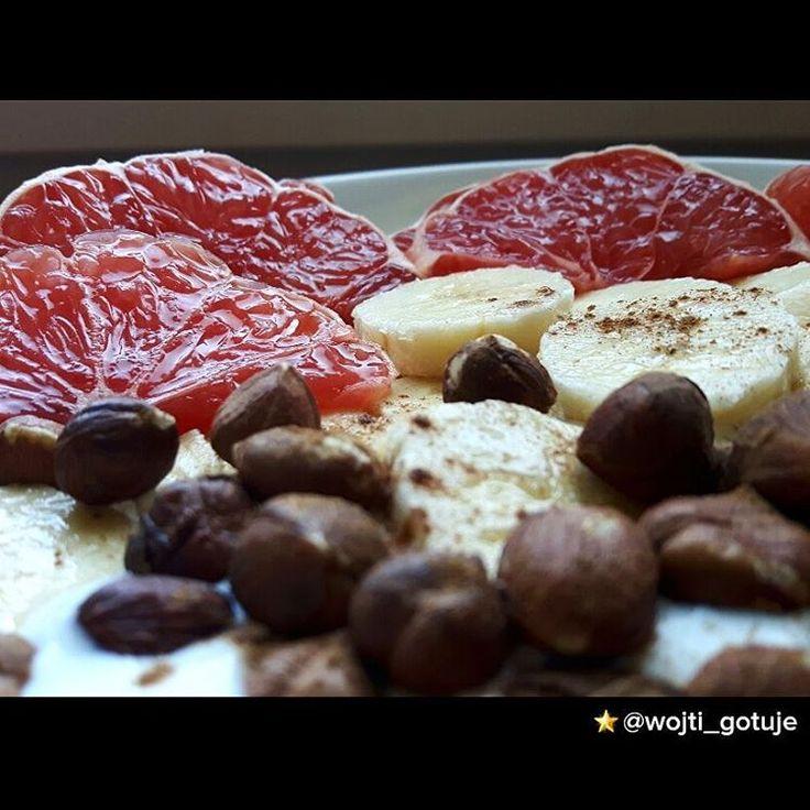 🍊🍊Owsianka z bananem, grejpfrutem i orzechami laskowymi 🍊🍌 Energetyczność posiłku: 509,09 kcal Białko: 16,17 g Tłuszcz: 18,82 g Węglowodany: 68,35 g SKŁADNIKI: Płatki owsiane - 5,5 łyżki (55 g) Orzechy laskowe - 1,25 garści (35 g) Jogurt naturalny 2% - 0,5 szklanki (120 g) Banan - 1 średnia sztuka (110 g) Grejpfrut - 0,75 sztuki (170 g)