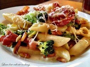 Pasta med broccoli, bacon, pinjekerner og fløde | Thefoodie.dk