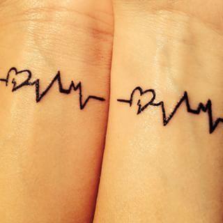 Essa tatuagem faria seus corações baterem como um. Não que eles já não façam isso. | 24 tatuagens fofas para melhores amigos