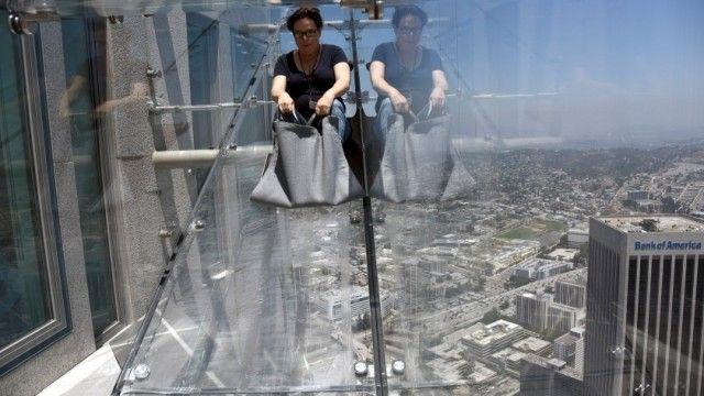 Si trova a un'altezza di circa 300 metri sopra il centro della città e permette di scendere dal 70° al 69° piano della U.S. della Bank Tower, l'edificio più alto di Los Angeles. Lo scivolo di vetro Skyslide ha aperto al pubblico pochi giorni fa
