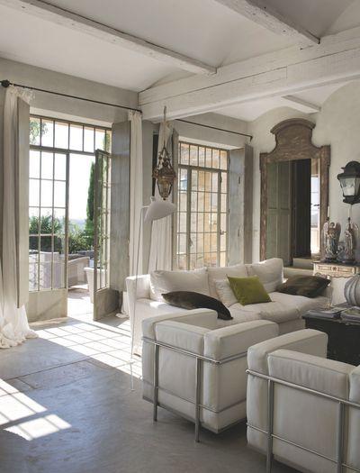 Dans le salon, de grandes fenêtres laissent entrer la lumière. Plus de photos sur Côté Maison http://petitlien.fr/8299