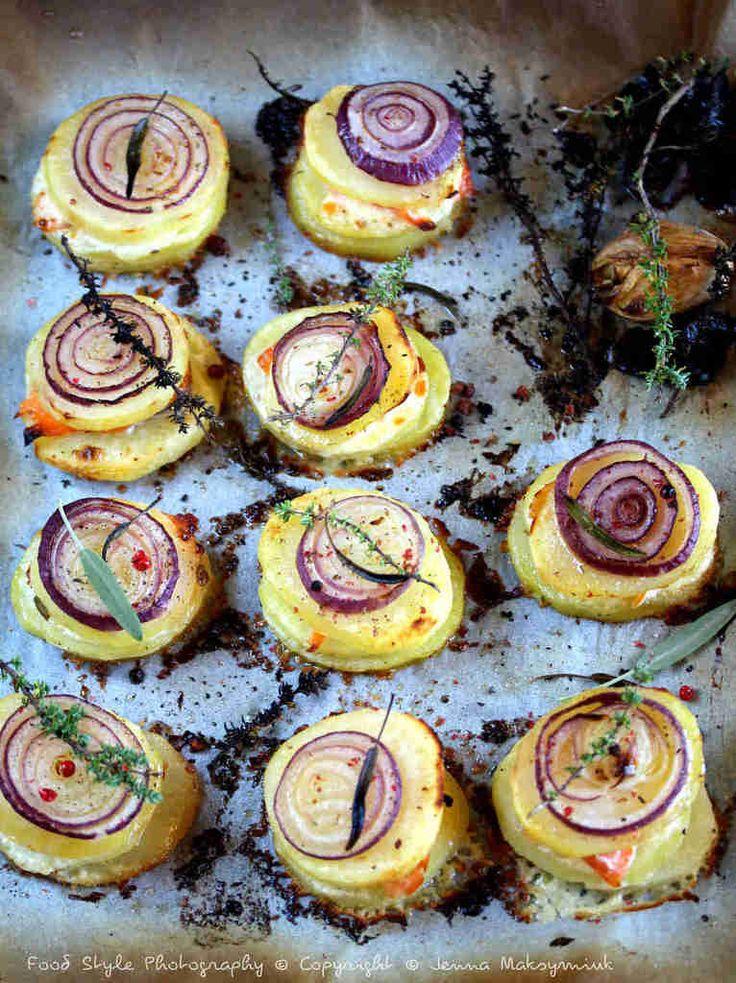 Milles feuilles de pommes de terre, truite fumée et oignon rouge caramélisé au miel de thym