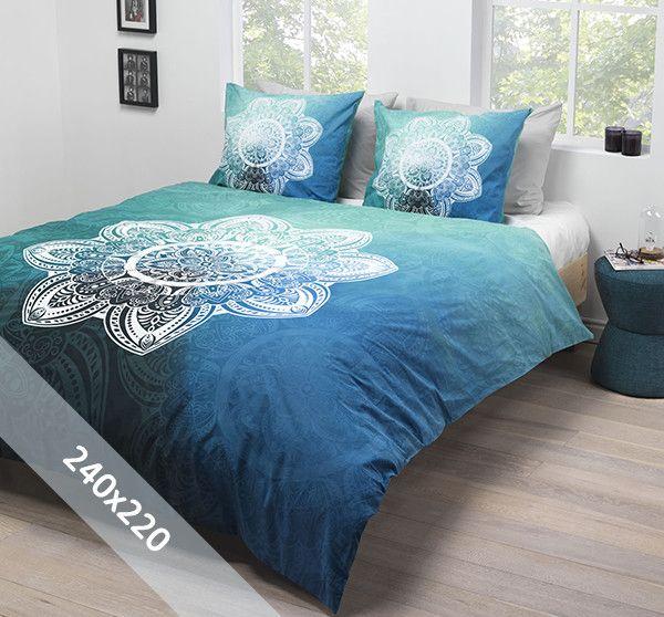Essara dekbedovertrek 'Manny'. Een lits-jumeaux (240x220 cm) dekbedovertrek van 100% zacht katoen met een achtergrond in blauw- en groentinten. In het midden staat een grote witte mandala afgebeeld.