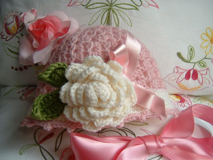 Cappello per bambina eseguito a mano all'uncinetto in pura lana con una rosa decorativa. Crochet bambina, moda romantica e femminile