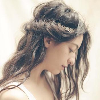 サイドの髪をねじって留めたゆるいハーフアップに、アクセントできらりと光るヘアアクセサリーを。