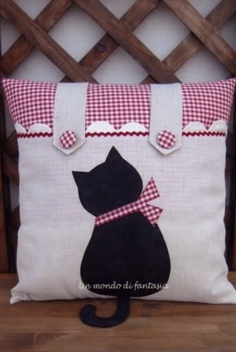 Almofada com apliqueé de gato. Cushion with apliqueé cat.