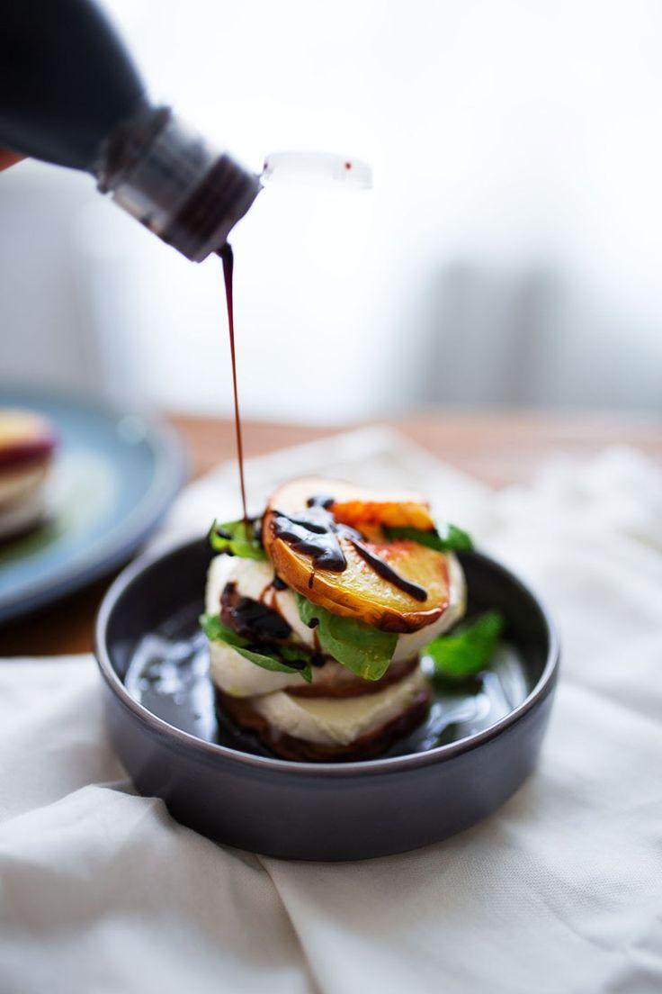 Persikor och mozzarella caprese | Peach mozzarella caprese - Vibrant Food Stories