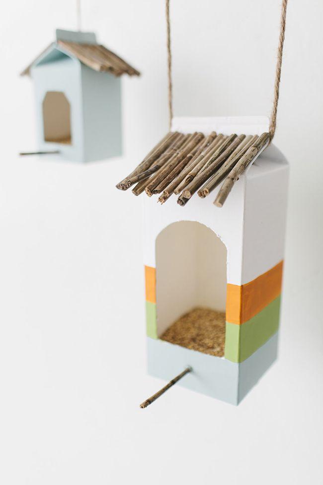 Mangeoires d'oiseaux avec des berlingots de lait.  13 Super idées récup de briques de lait ou de jus
