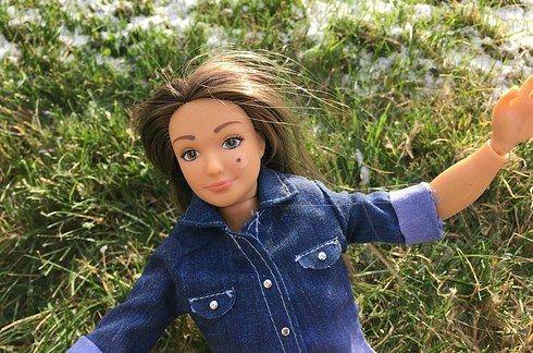 """Esta Barbie """"normal"""" viene con celulitis, estrías, acné y tatuajes"""