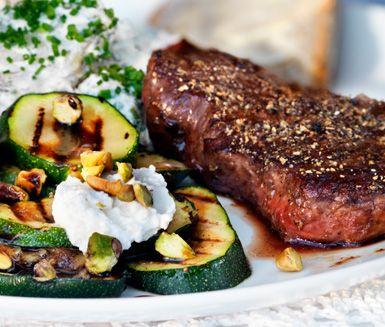 Biff med cajunrubbing på ljummen potatisbädd är ett idealiskt recept till den romantiska middagen och tar inte lång tid att laga. Servera biffarna med potatissalladen och gärna grillad zucchini med ricotta, pistage och balsamvinäger.