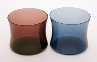 Designer Sarpaneva Timo 1956. I-104 tuotannossa 1956-67 Iittala Finland. Pyörittäen puhallettu lasi, i-värit. 4, 15 ja 20 cl. Sarjassa snapsilasi ja kolme eri kokoa juomalasista. Alkuperäisen i-sarjan juomalasit olivat i-103 ja i-104.