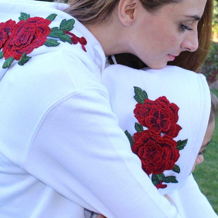 Sudadera con rosas en la capucha para niño o niña, tiene bolsillo tipo kanguro, únete a la última moda con las rosas bordadas, y mejor aún si también la puede llevar mamá igual!    En la colección Dalía puedes encontrar esta sudadera en blanco, gris o negro, también igual para mujer.  #kids #fashion #ropa #fashionkids #ropaigual #mamalife #mama #sudadera #same #twins #girls #rosas #sudadera #rojo #primavera #blanco