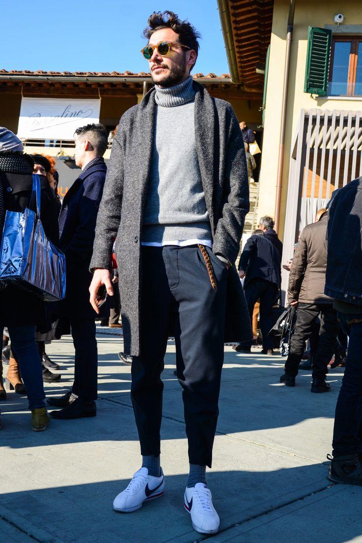 """秋冬のメンズファッションにおいて「タートルネックニット」は欠かせないアイテムだ。ジャケットやスーツスタイルにハイゲージニットをあわせたドレッシーな着こなしから、ケーブルニットでカジュアルに仕上げた着こなしまでコーディネートのバリエーションは幅広い。今回は、タートルネックニットにフォーカスして注目の着こなし&アイテムをピックアップ! タートルネックニットとは? タートルネックとは、周知の通り首に密着する丸い高襟のことで、亀の首に似ていることからそう呼ばれる。シックでドレスな雰囲気のハイゲージニット製のものから、ラフでカジュアルな雰囲気のローゲージニット製、ケーブルニット製のタイプまで幅広く存在。 ちなみに、タートルネックはアメリカ英語であり、イギリス英語ではポロ競技者のユニフォームに形状が似ていることから「ポロネック(polo neck)」と呼ばれるのが一般的だ。さらにフランス語では煙突のような襟という意味で「コル・シュミネ(col cheminée)」、ほぼ死語になりつつあるが日本ではその形状から「トックリ(徳利)」と呼ばれることも。 タートルネックセーターは""""..."""