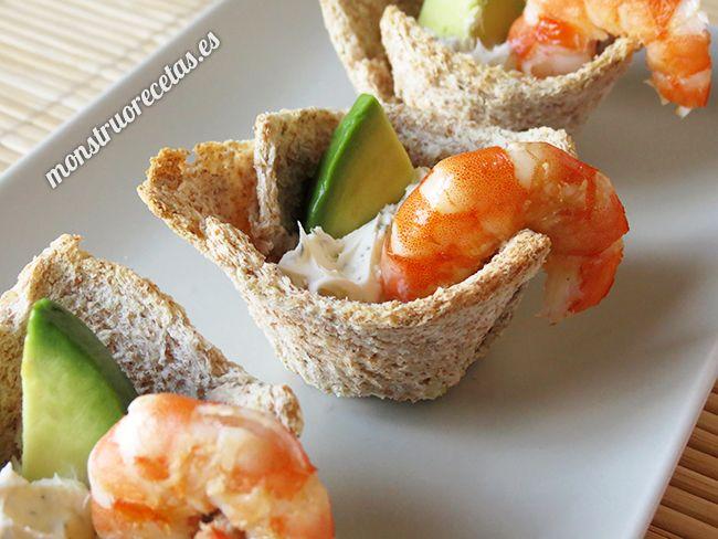 Receta fácil de cestas de pan rellenas de queso mascarpone, gambas y aguacate. Aperitivo ideal para fiestas.