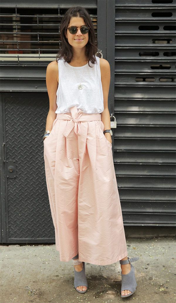 Calça rosé Blusa branca Scarpin cinza Sapato cinza