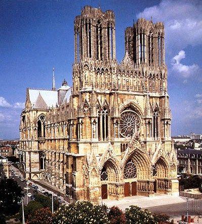Cattedrale di Notre Dame, a Reims. La costruzione della cattedrale venne avviata nel 1211 su iniziativa dell'arcivescovo Aubry de Humbert. Il luogo in cui oggi sorge la struttura, che costituisce un esempio di arte gotica, aveva ospitato altri edifici in epoca precedente, tra cui una chiesa del IV secolo d.C. che a sua volta sorgeva sui resti di una basilica precristiana.